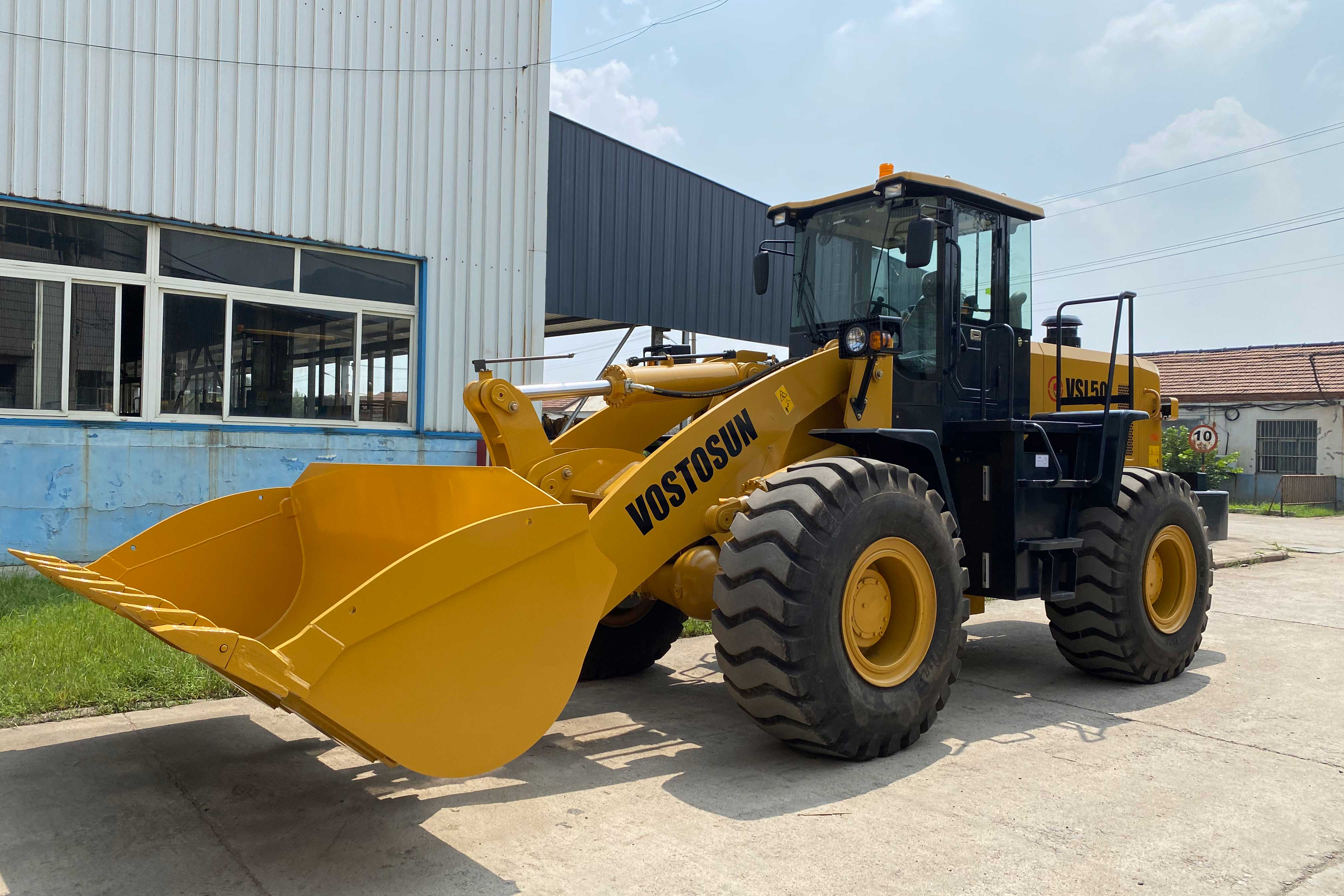 On August 28, 2020, VOSTOSUN's wheel loader was tested ,then packed and transported to Ukraine.